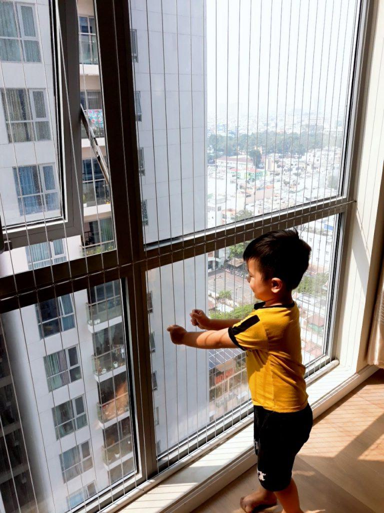 Lắp lưới an toàn cho trẻ